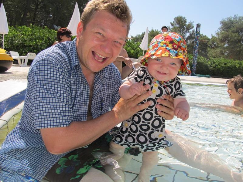 Karla og Nikolaj byder poolen i fulde drag